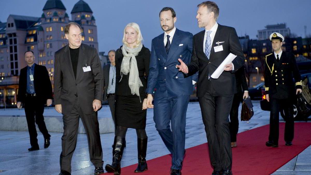 NHO-president Tore Ulstein (t.h.) startet dagens NHO-konferanse i Oslo med å foreslå økt stipend til teknologi og realfagsstudenter. Her ankommer han konferansen sammen med Kronprinsparet og Tom Remlov, administrerende direktør ved Operaen (t.v.).
