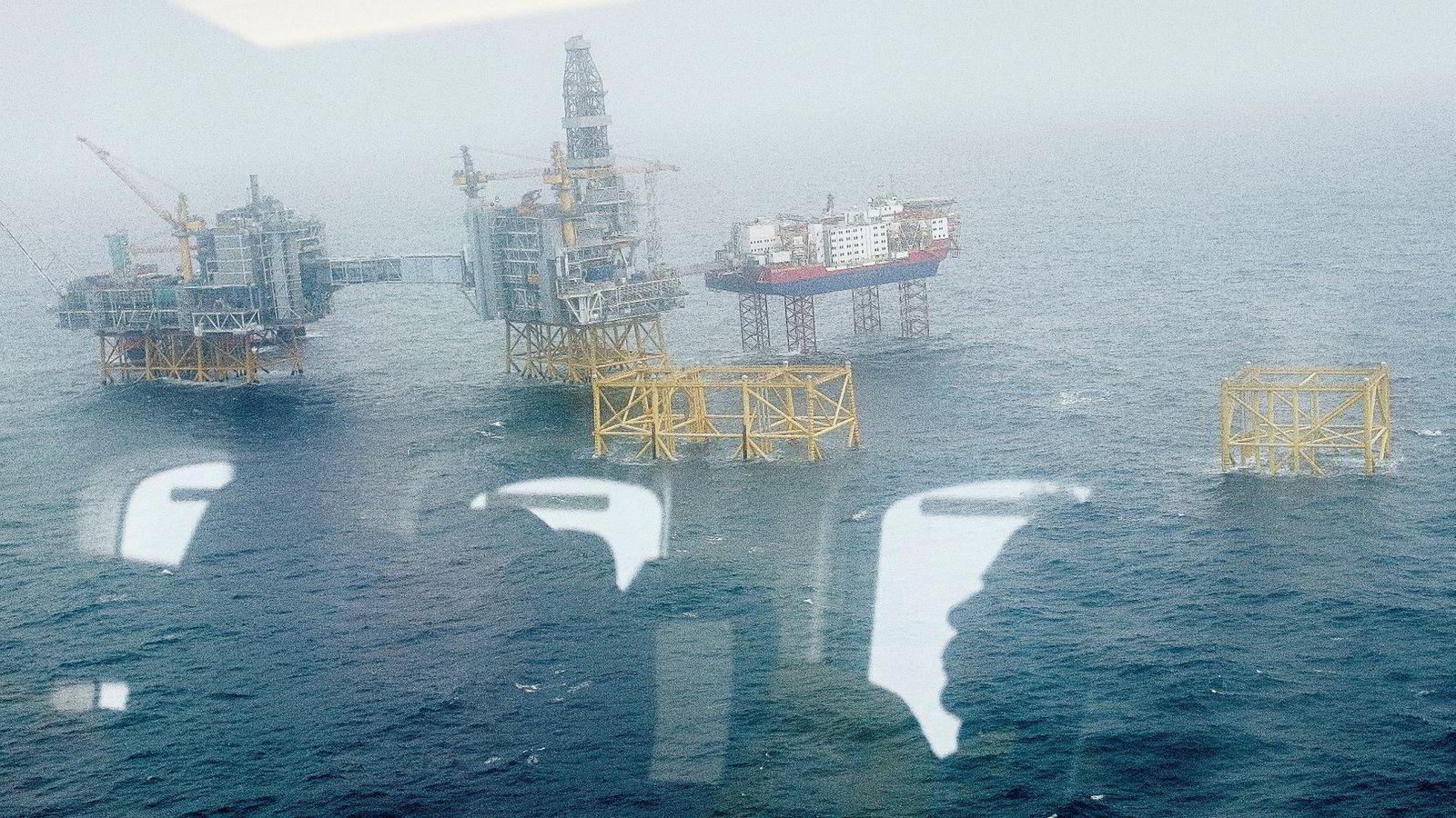 Dersom oljebransjen virkelig vil være med å bidra til en bedre verden, trenger vi at deres kunnskap og kompetanse brukes til å sikre en rask omstilling vekk fra fossile energikilder og over til mer miljøvennlige alternativer. Bildet er tatt fra helikopter på vei til Johan Sverdrup feltet.