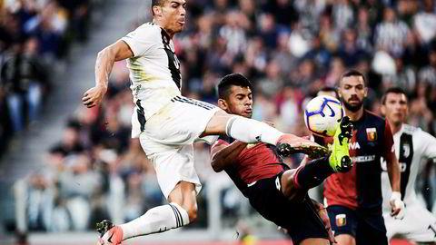 Cristiano Ronaldo er blant spillerne som er utviklet i Sporting Lisboa og solgt videre. Her i duell med Genoa-spillere.