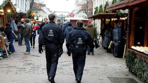 Tysk politi på patrulje på julemarkedet i Potsdam. Markedet ble fredag evakuert etter funn av en mistenkelig pakke som inneholdt eksplosiver og spiker. Pakken var sannsynligvis del av et utpressingsforsøk, og ikke rettet mot julemarkedet, mener tysk politi.