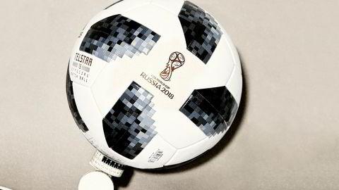 Bare ball. Årets VM-ball, Telstar 18, er en hyllest til 1970-mesterskapet i Mexico