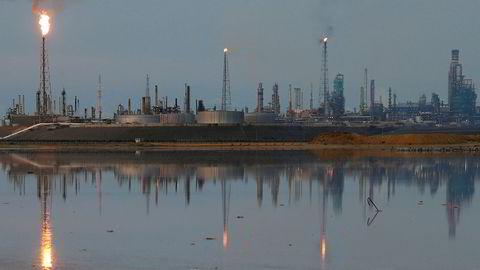 Oljeeksporten fra Venezuela er alt halvert på tre år og kan stupe ytterligere. Her fra raffinerikomplekset Paraguaná i Punto Fijo, som er et av verdens største og tilhører statsoljeselskapet PDVSA.