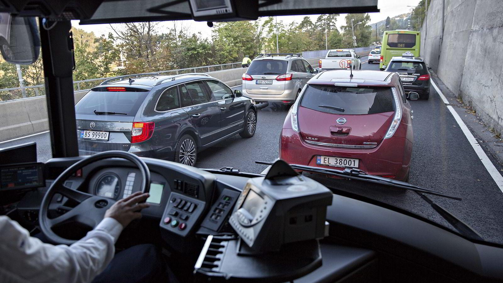 ELBILSTØTTE. Fremover må vi raffinere styringen av en raskt renere bilflåte, så byene gir sykler og busser en sjanse, mener forfatteren. Illustrasjonsfoto: Aleksander Nordahl