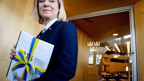 Finansminister Magdalena Andersson med budsjettet  hun sammenlignet med en Volvo V90 i riksdagen onsdag.                    Foto: Janerik Henriksson/TT /