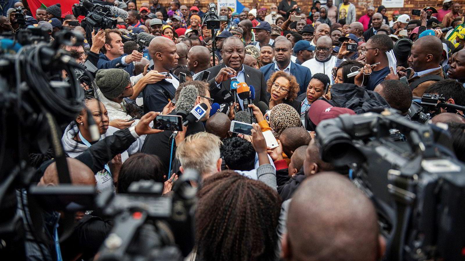Sør-Afrikas regjeringsparti ANC sikret seg 57,5 prosent av stemmene. Her er landets president Cyril Ramaphosa, fra ANC, ved stemmelokalene.