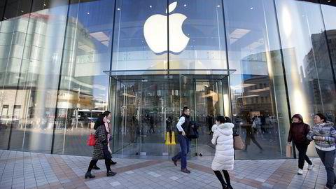 Apple har begynt å kutte prisene på Iphone i land hvor dollarkursen har ført til høye priser. Her fra en Apple-butikk i Beijing.
