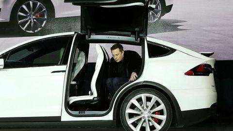 Tesla-gründer Elon Musk frykter konsekvensene av kunstig intelligens og kaller det en eksistensiell trussel mot menneskeheten. Her kryper han ut av baksetet på en Tesla Model X