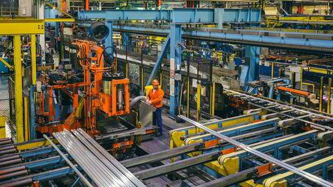 Metall blir presset i 500 graders varme og ut kommer det ferdig aluminium som sendes til kunder i hele USA. På Hydros aluminiums-pressverk i Cressona, Pennsylvania – vest for New York – er det full produksjon og opptur med president Trumps nye tollmurer.
