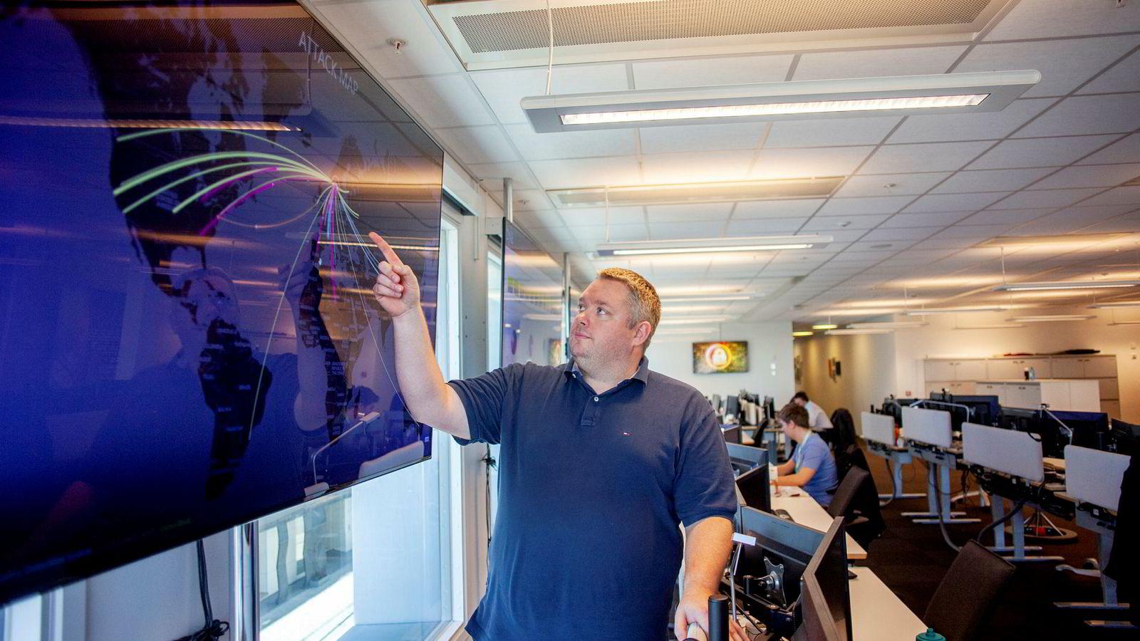 Anders Hardangen leder DNBs avdeling for datasikkerhet, og viser en plansje over hvor raskt et dataangrep kan gå rundt jordkloden.