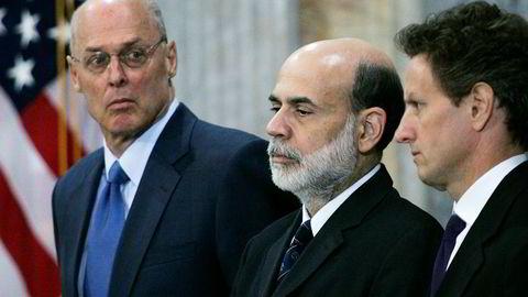 Tre av nøkkelpersonene i USAs krisehåndtering i 2008, Ben Bernanke, Hank Paulson og Timothy Geithner kom nylig sammen i The Brookings Institution for å snakke med journalister om erfaringene fra begivenhetene for ti år siden. Her fra venstre Timothy Geithner, Ben Bernanke og Hank Paulson.