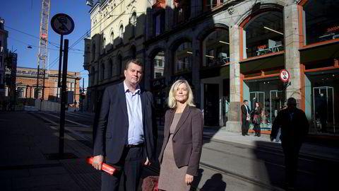 LO og NHO er enige om utsettelse. Her ved Nina Melsom, direktør for arbeidslivspolitikk i NHO og Hans Christian Gabrielsen, LO-leder.