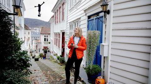 Andrea Holvik Thorson og Wiralcam fikk mye oppmerksomhet gjennom forhåndssalg på Kickstarter-plattformen og vil nå hente penger gjennom en ny kampanje. Her bruker hun det line-baserte opphenget for kameraer ved barndomshjemmet på Nordnes i Bergen.
