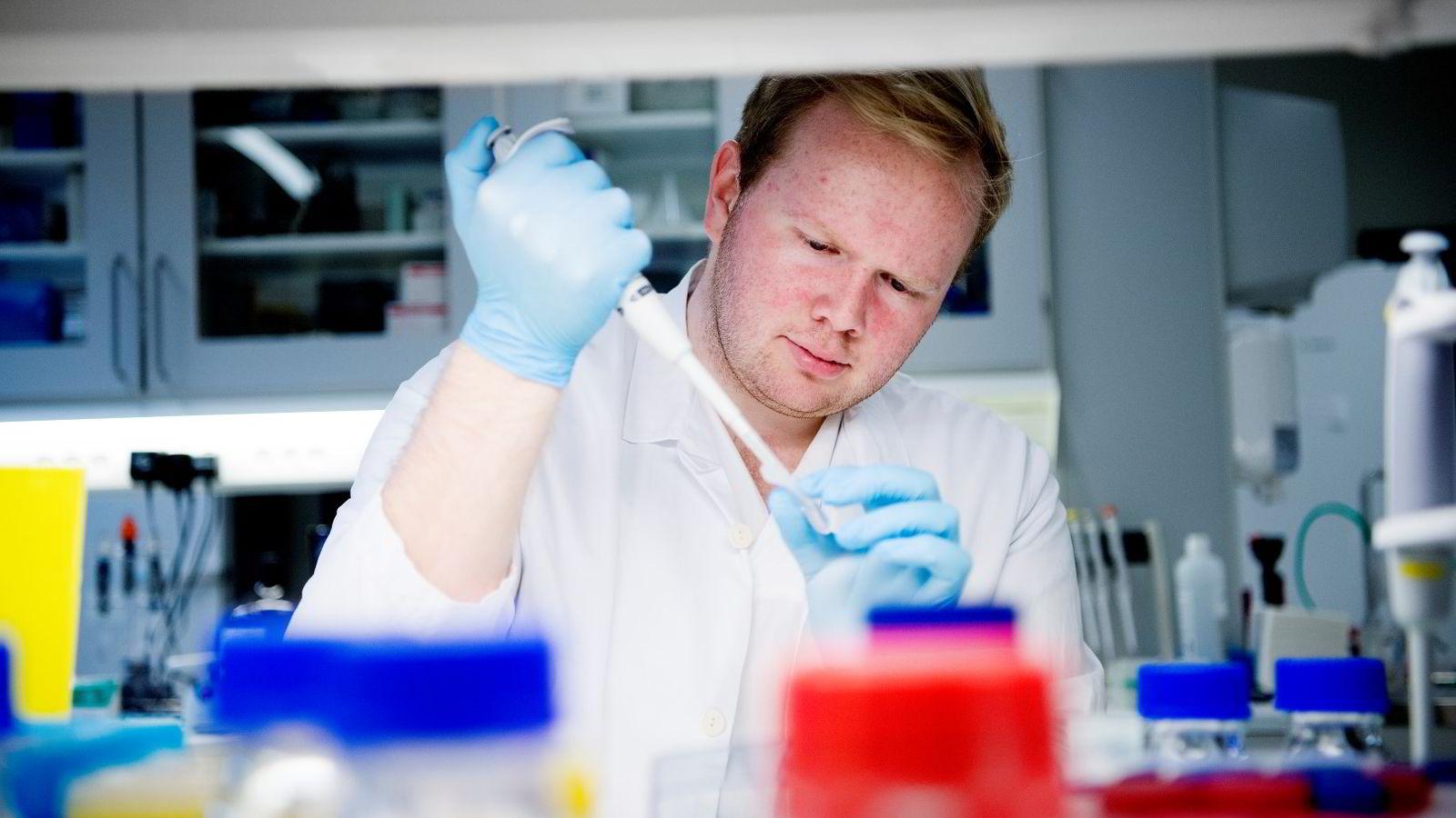 Student Helge Leander Jensen (23) tilbringer mye tid på laben på UiOs medisinutdannelse. Han måtte jobbe hardt og målrettet på videregående for å komme inn på prestisjestudiet, men tviler på om kun karakterer er beste opptakskrav.