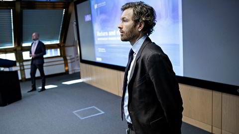 – Vi har allerede besluttet å ikke være investert i selskaper med direkte eksponering mot cannabis, sier kommunikasjonssjef Thomas Sevang i Norges Bank Investment Management (NBIM). I bakgrunnen NBIM-sjef Yngve Slyngstad.