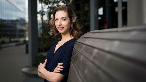 Leder for bærekraftige investeringer i KLP, Annie Bersagel, ønsker Jonas Gahr Støre velkommen til dem.KLP og Storebrand er de to norske fondsleverandørene som har vasket sine fond for uetiske selskaper.