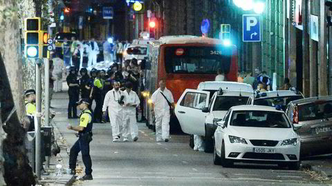 Under dekke av bekymringen for et åpent samfunn skal man altså venne seg til terror. Har det ikke streifet avisen at det er nettopp terror som skaper et overvåkningssamfunn? Spør forfatteren. Her fra terrorhandlingen i Barcelona.