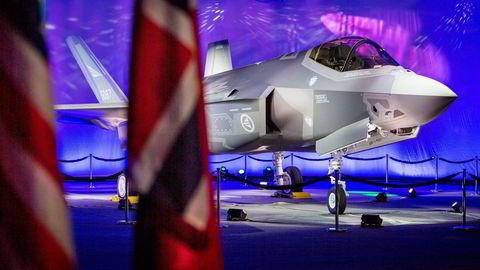 Forsvarsminister Ine Eriksen Søreide og Norges forsvarsledelse tok ifjor høst i mot det første F-35 jagerflyet under en seremoni på Lockheed Martins fabrikk i Texas. Foto: Ørjan F. Ellingvåg