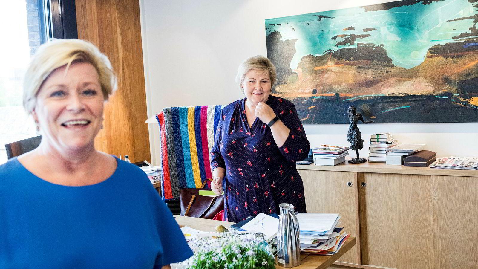 Erna Solberg og Siv Jensen blir i godt humør av tallene for norsk økonomi og arbeidsliv i revidert nasjonalbudsjett som legges frem tirsdag.