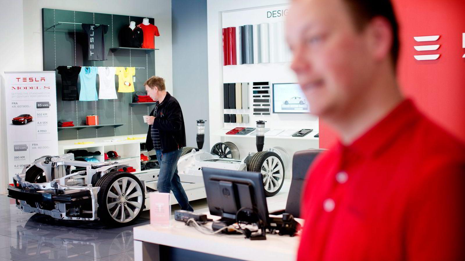 NETTHANDEL. Siksten Karoliussen (til venstre) er innom Kjell-Arne Wold i Teslas showroom på Skøyen i Oslo for å avtale utbedring av en skade. I likhet med andre Tesla-eiere bestilte han bilen sin på nett. Alle foto: