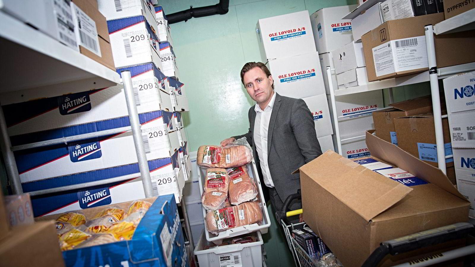 Christian Lykke i dagligvarekjeden Bunnpris er ikke alene om å tape på ribbesalget. Også Coop og Kiwi bekrefter at de taper millioner på billig ribbe. Her er Lykke på fryselageret til en av Bunnpris-butikkene i Trondheim.