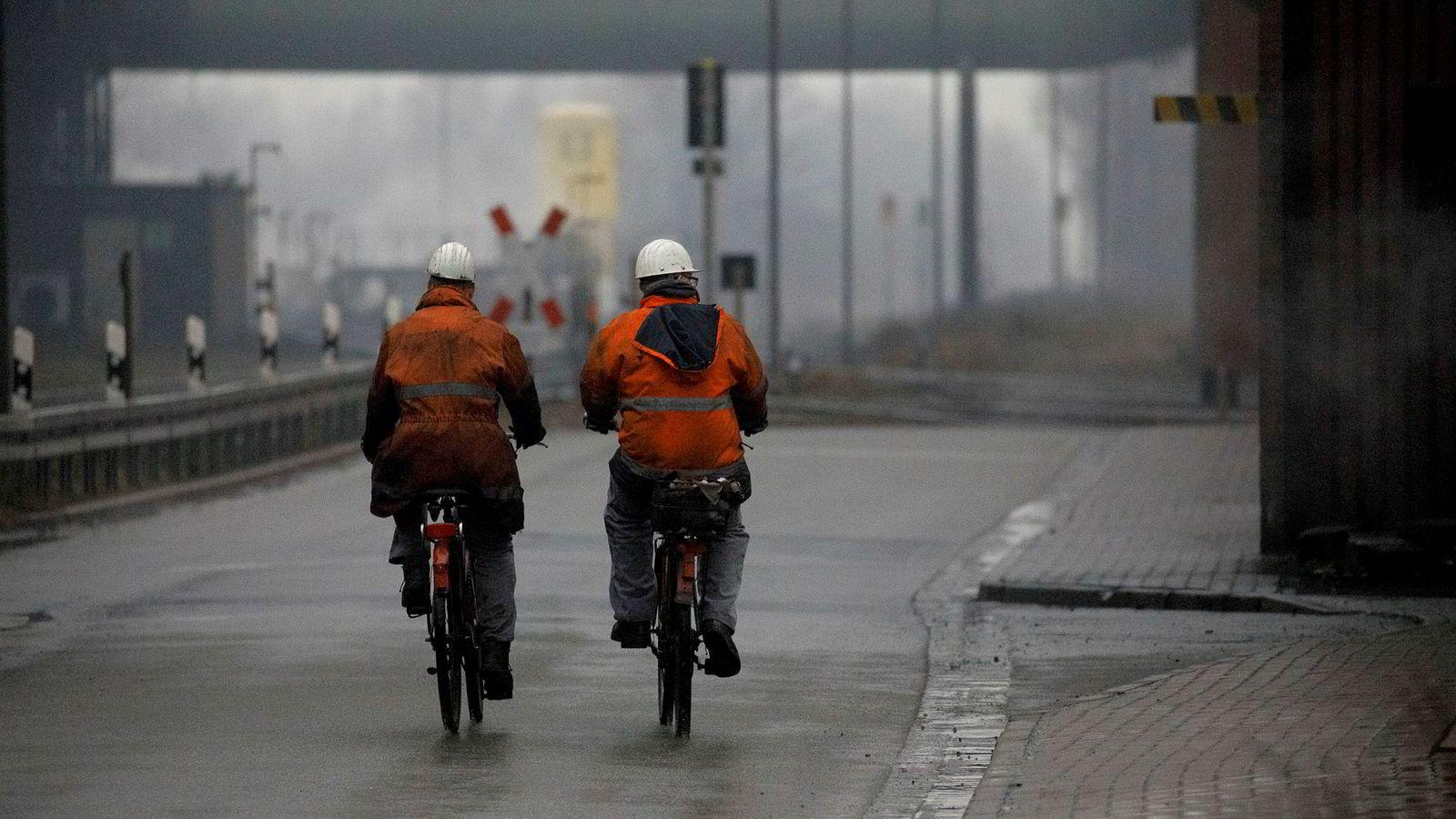 Resultatene i en studie fra Tyskland hvor det ble underøkt hva som skjedde da det nokså brått ble tillatt tsjekkiske arbeidere å jobbe i en del tyske kommuner langs grensen til Tsjekkia viser at innvandringen fra Tsjekkia medførte et markert fall i lokalbefolkningens sysselsetting. Det ble påvist en klart sterkere negativ effekt på innbyggere med svake kvalifikasjoner. Her ansatte på stålverket Salzgitter AG  i Tyskland.