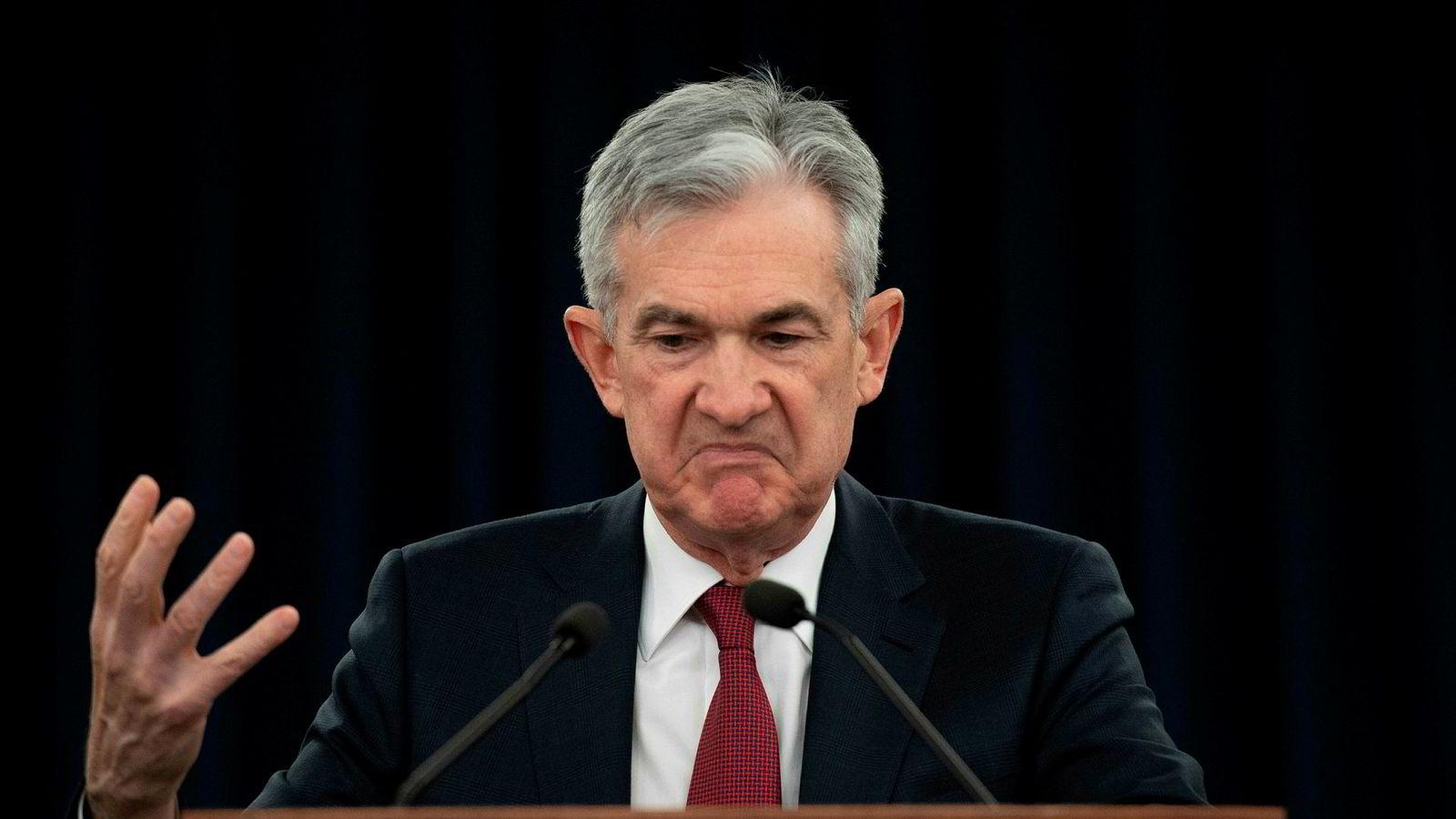 USAs sentralbank Jerome Powell har i 2018 hevet renten like mange ganger som han viser med fingrene.