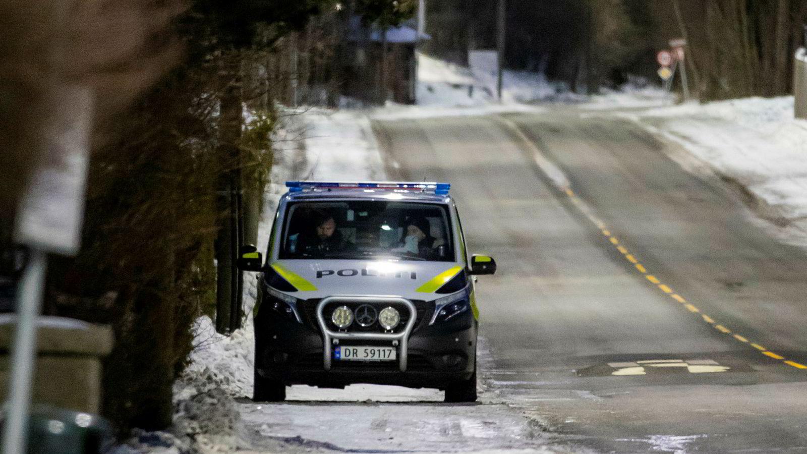Politiet holder oppsyn med boligen til justisminister Tor Mikkel Wara etter at en bil som tilhører familien skal ha blitt påtent natt til søndag.