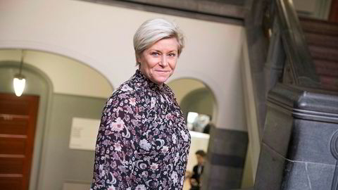 Finansminister Siv Jensen (Frp) sier det vil koste dyrt å stanse den norske oljekranen tvert.