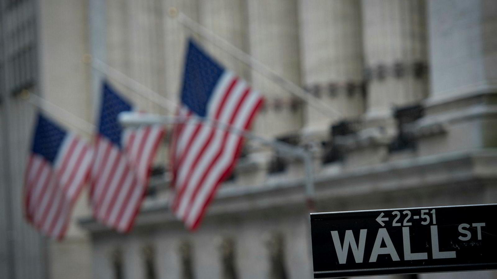 Et gateskilt nær New York Stock Exchange i New York.