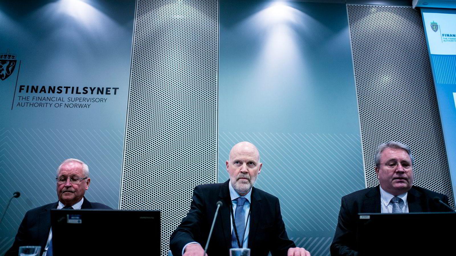 Finanstilsynets direktør Morten Baltzersen (i midten) mener pensjonsselskaper må være åpne om provisjonen de mottar fra fondsleverandører. Til venstre fungerende direktør for bank- og forsikringstilsyn Erik Lind Iversen, til høyre kommunikasjonsdirektør Kjetil Karsrud.