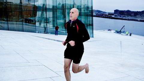 IKKE ALLE ER FØDT TIL Å LØPE BARFOT: Lege i Friidrettsforbundet Ove Talsnes, mener Christopher McDougall (bildet) legger urealistiske forutsetninger for hvordan vi er skapt til å løpe. FOTO: