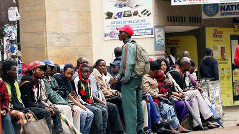 Det har vært lange køer for å ta ut penger i Zimbabwes hovedstad Harare den siste tiden.