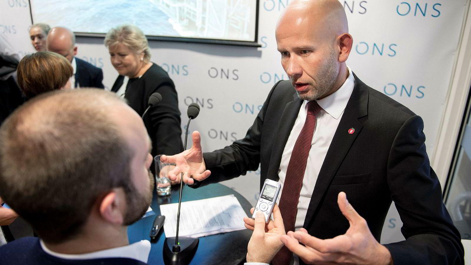 Statsminister Erna Solberg og Tord Lien er tidligere olje- og energiminister. Her under oljemessen ONS i Stavanger i 2016, sammen med statsminister Erna Solberg.