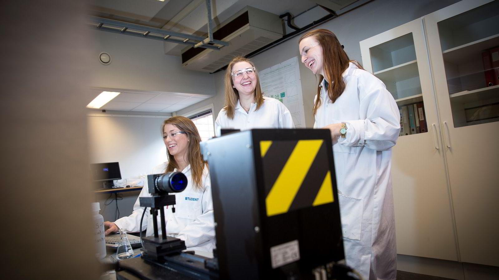 Amanda Bjøringsøy(f.v.), Britt Lunde Raftevold og Helene Virkesdal Daae studerer petroleumsfag ved NTNU. Ingeniørfagene i Trondheim har en stadig høyere kvinneandel.