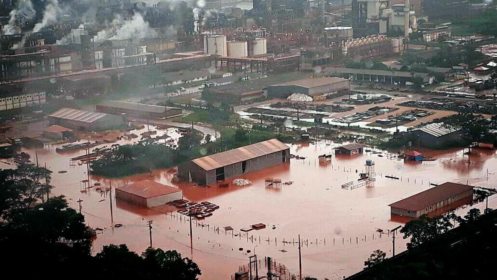Et kraftig regnvær overveldet Alunortes vannbehandlingssystem og førte til oversvømmelser. Dette var starten på den verste stormen i Hydros historie.