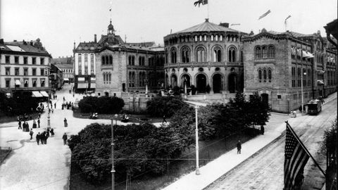 Det vi har argumentert for, er at Norge hadde en relativt lik inntektsfordeling sammenlignet med andre europeiske land på begynnelsen av 1900-tallet. Når Norge oppnådde denne posisjonen, er usikkert, men vi har påpekt at beregninger fra fire norske byer kan tyde på at utviklingen på 1800-tallet var viktig, skriver artikkelforfatterne. Her Stortingsbygningen med norsk flagg i 1905.