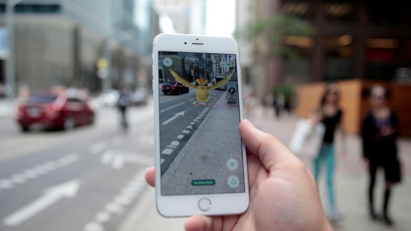 Ontario, 11. juli 2016: En «Pidgey» Pokémon dukker opp i trafikken i Ontario. Foto: NTB Scanpix/REUTERS/Chris Helgren