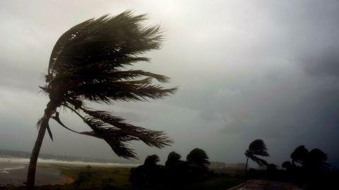 Slik så det ut langs Havanas berømte strandpromenade Malecón lørdag. Søndag rammer stormen Florida.