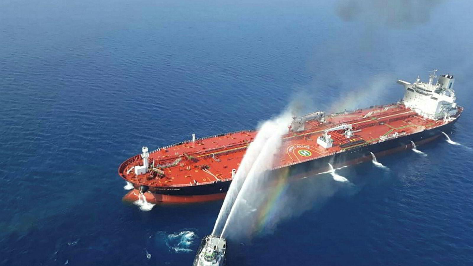 Frontline-skipet «Front Altair» under slukkingsarbeidet etter angrepet sist uke i Omanbukta.