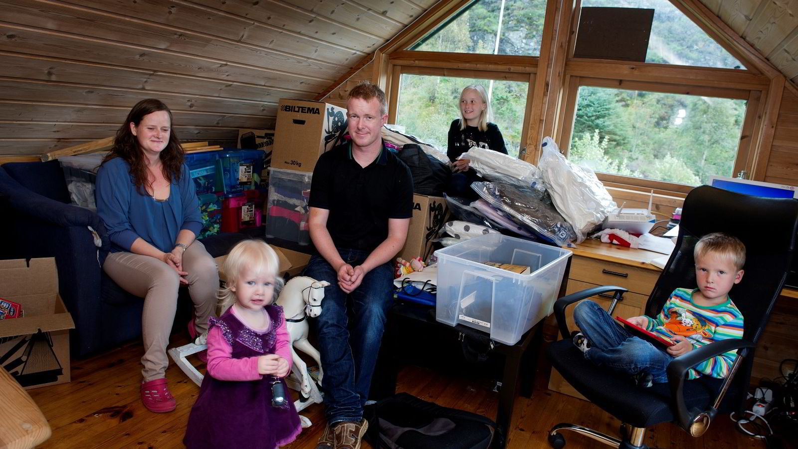 Jakob Nielsen med kona Marianne og barna Victoria Linnea (1), Amalie Beate (13) og Theodor Mikael (5) midt i flyttekaoset. Foto: