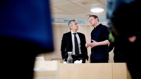 Henrik Huseby (til høyre) og advokat Per Harald Gjerstad i Oslo tingrett i januar 2018. Tingretten ga Huseby medhold, men Apple anket og vant i lagmannsretten. Nå håper Huseby at Høyesterett vil se på saken.