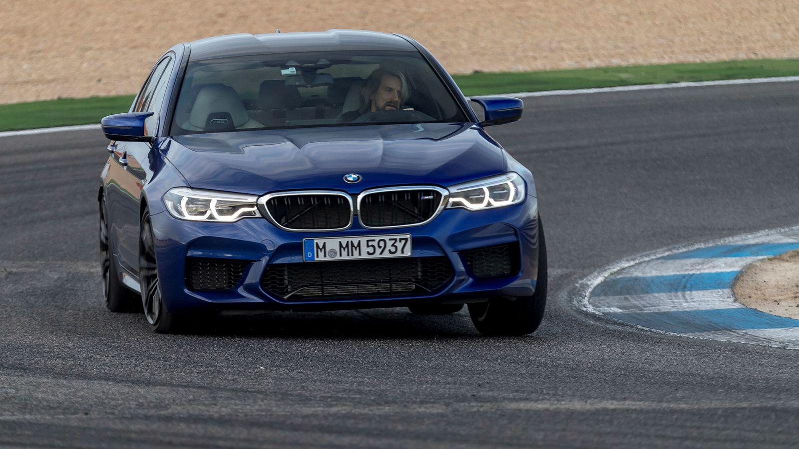 En ny generasjon BMW M5 kommer til Norge i mars. Her kjører DN bilen i Portugal.