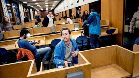 UiO-student Asbjørn Lerø Kongsnes (21) har eksamen i makroøkonomi med penn og papir – og synes det er fint. Eksamen i dataprogrammering skulle han derimot gjerne ha avlagt digitalt.