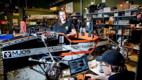 Karoline Halvorsen leder studentlaget Revolve på NTNU som har laget racerbiler siden 2012. Her med Eskil Aaning Mogstad som programmerer de siste innstillingene før en testkjøring.