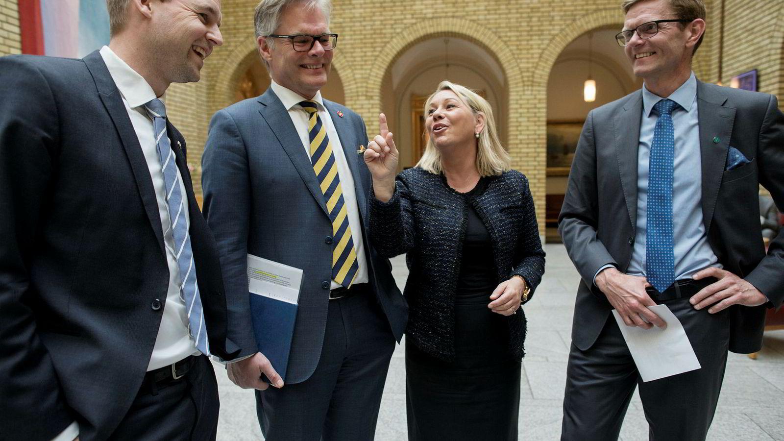 KrFs Kjell Ingolf Ropstad (til venstre), Hans Andreas Limi (Frp), næringsminister Monica Mæland (H) og Venstrs Terje Breivik vil hjelpe gründere med et nytt skatteforslag. Foto: Øyvind Elvsborg