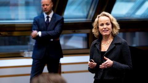 Carine Smith Ihenacho, direktør for eierskap i Oljefondet. Bak Yngve Slyngstad, fondets sjef.