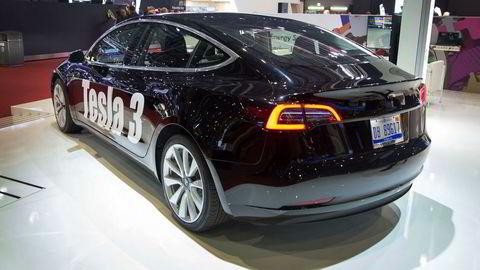 Tesla Model 3 blir å se på internasjonale veier i løpet av første halvdel neste år. Dette bildet er fra den store bilutstillingen i Genève i mars.