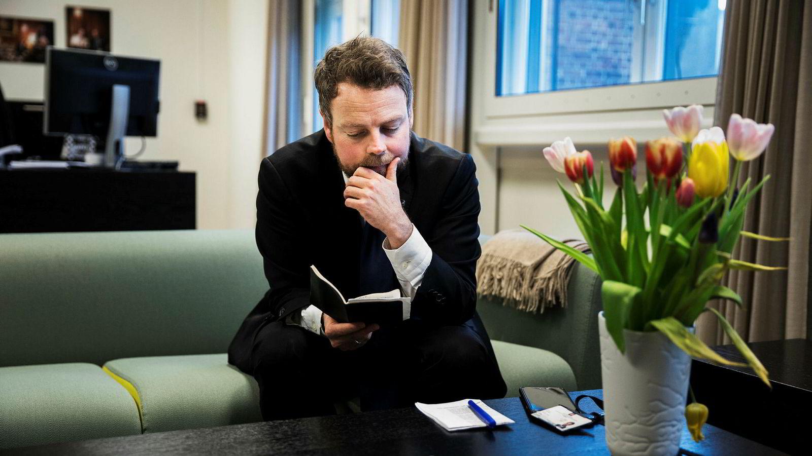 Næringsminister Torbjørn Røe Isaksen følger Hydro tett etter nye utslippsinnrømmelser. – Det er min forventning at selskapet nå gjør alt det kan for å få alle fakta på bordet, sier Isaksen