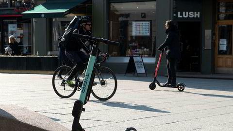 I dag dreier for mye av politikken seg om en kamp mot bilen. Dette er kamp mot gårsdagens bil, skriver artikkelforfatteren. Elsparkesykler er blitt populært i de største byene.