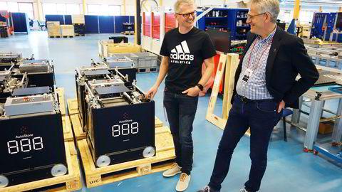 Autostore-sjef Karl Johan Lier (til høyre) og utviklingssjef Ole Alexander Mæhle viser rundt i utviklingsavdelingen ved hovedkontoret i Nedre Vats i Rogaland. 80 av 260 ansatte befinner seg i Norge, de fleste innerst i denne vestlandsfjorden.